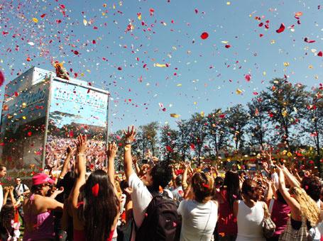 Chuva de pétalas atrai multidão para a Expoflora