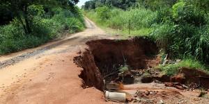 Cratera em estrada de Artur Nogueira afeta moradores