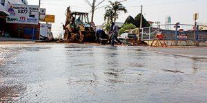Tubulação rompe e interdita trecho de avenida em Artur Nogueira