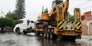 Caminhão danifica rede de cabeamento telefônico em rua de Artur Nogueira