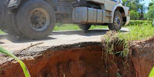 Erosão em estrada de Artur Nogueira causa risco de acidentes