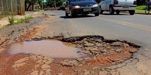Buracos em rua do Parque dos Trabalhadores, em Artur Nogueira, continuam sem reparos