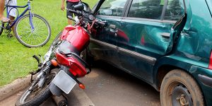 Motociclista colide contra dois carros durante acidente em Artur Nogueira