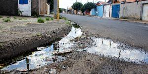 Moradores reclamam de água parada em rua de Artur Nogueira