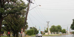 Poste inclinado em rua de Artur Nogueira causa preocupação