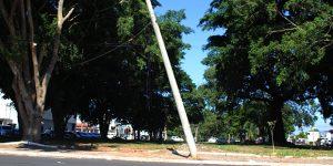 Poste inclinado chama atenção e gera risco de queda em rua de Artur Nogueira