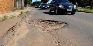 Buracos em rua de Artur Nogueira geram riscos de acidente