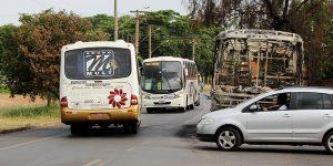 Ônibus incendiado em rua de Artur Nogueira gera risco de acidentes