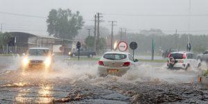 Forte chuva causa alagamento em vias de Artur Nogueira