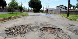 Moradores reclamam de buracos em ruas de Artur Nogueira