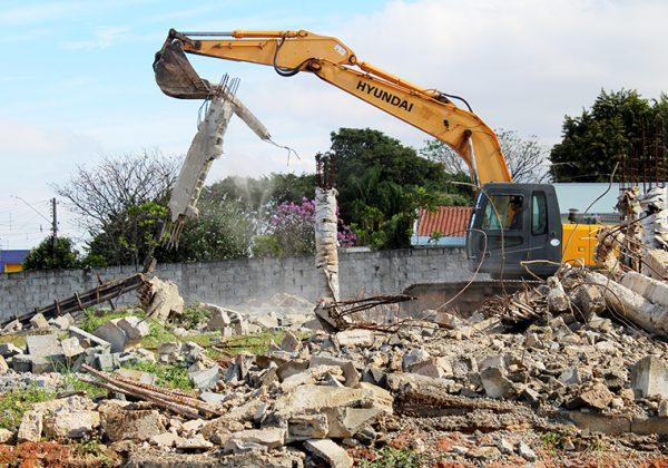 Prefeitura derruba obra abandonada em Artur Nogueira