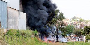 Depósito de materiais recicláveis pega fogo em Artur Nogueira