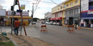 Caminhão derruba semáforo em Artur Nogueira