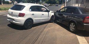 Veículos colidem em cruzamento de Artur Nogueira